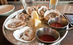Oysters_with_mignonette_sauce_and_cocktail_sauce